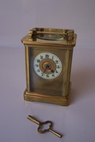 Reloj de viaje antiguo de laton