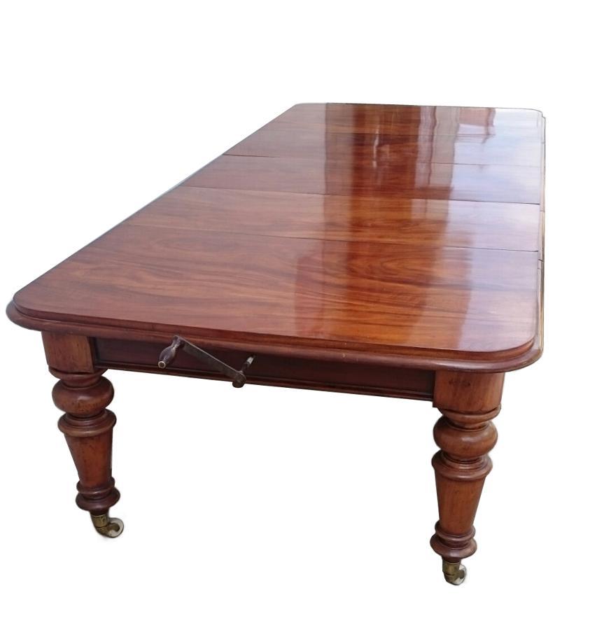 Antigua mesa de comedor grande de caoba