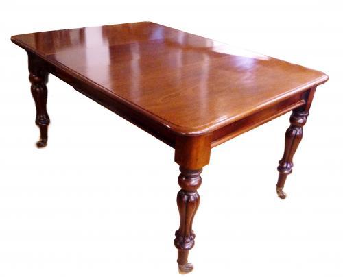 Antigua mesa de comedor de caoba
