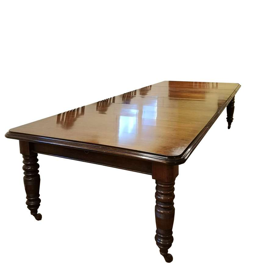 Mesa de comedor antigua grande de nogal extensible con cuatro hojas