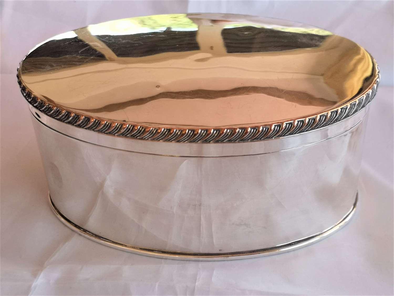 Antigua caja ovalada inglésa de 'Sheffield plate' baño de plata