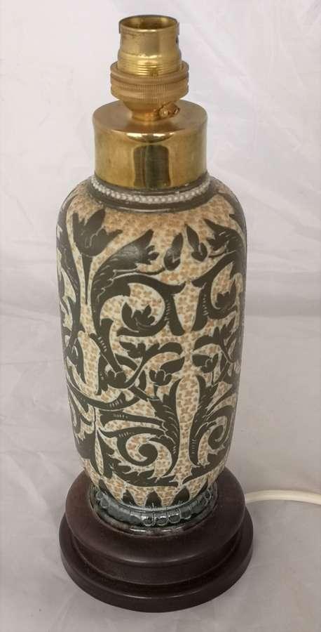 Un florero antiguo de Doulton Lambeth convertido en una lámpara
